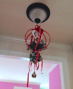 christmas-home-kissing-ball