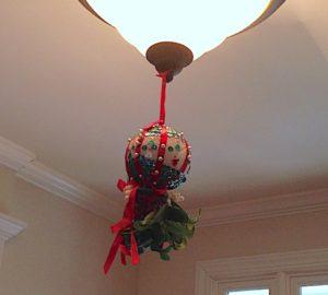 christmas-home-mamas-kissing-ball